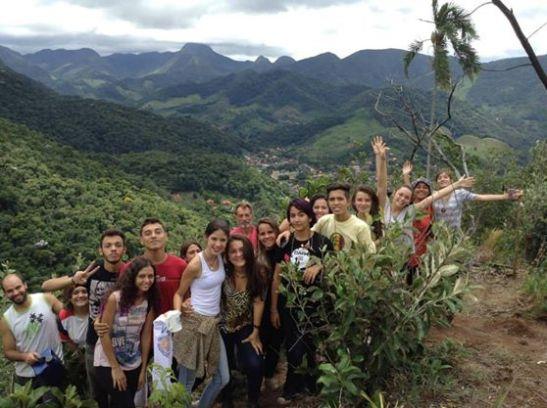 Estudantes de Agroecologia do Ctur na área de recomposição florestal em Lumiar